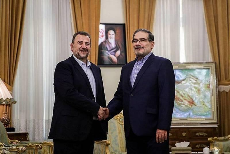 Saleh el-Arouri (gauche), un dirigeant du Hamas et fondateur des Brigades al-Qassam, serre la main à Ali Shamkhani, secrétaire du Conseil national de sécurité iranien, le 21 octobre, à Téhéran. Tasnim News Agency via Reuters