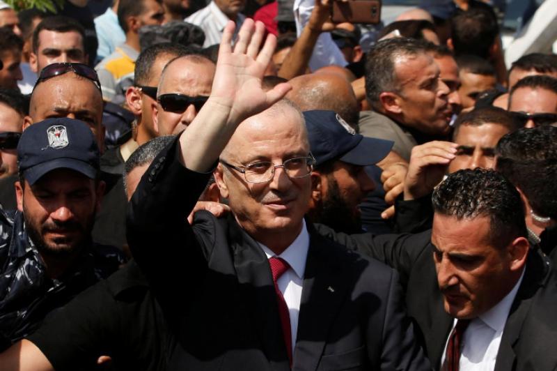 Le Premier ministre palestinien saluant la foule à son arrivée à Gaza. Photo Reuters