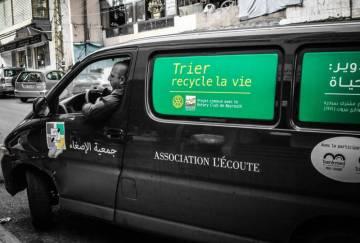 Le van fourni par le Rotary Club de Beyrouth à l'association L'Écoute, pendant une tournée de ramassage. Les écoles participantes donnent jusqu'à 7 sacs de déchets par semaine, voire plus pendant les examens.