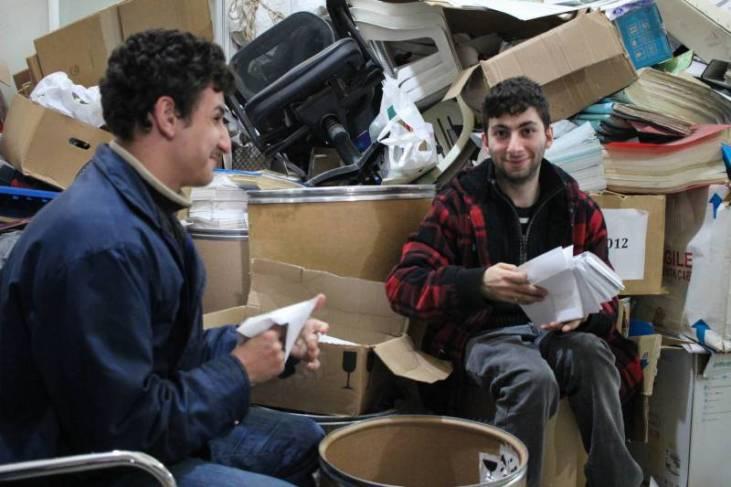 Serge et Anthony, la vingtaine, sont handicapés moteurs et sourds. L'Écoute leur donne l'opportunité de gagner leur vie et d'acquérir de l'autonomie en travaillant au centre éducatif de tri à Tal el-Zaatar.
